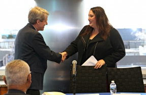 Elizabeth Mendenhall shaking hands with Robert Shiller