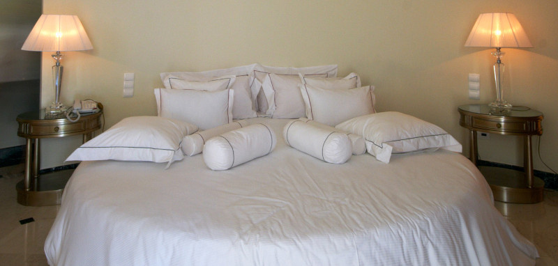 A round bed with white linens