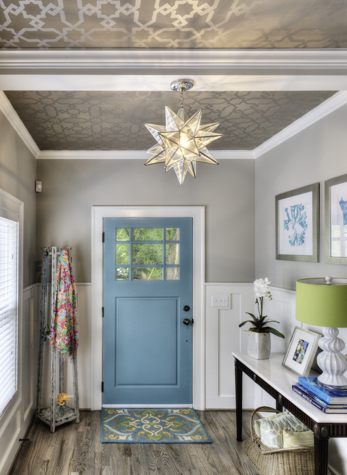 Entry way with patterned ceiling